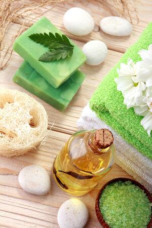 mimos: spa con el concepto de color verde en la madera Foto de archivo