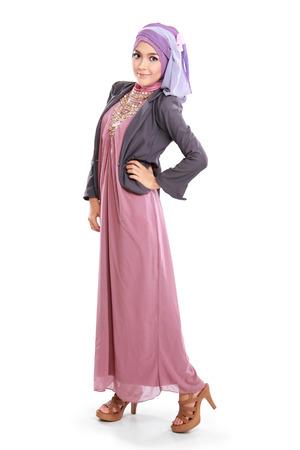 femme musulmane: belle femme portant robe musulmane rose isolé sur fond blanc