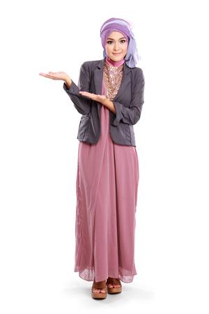 belle jeune fille portant rose musulmans de robe montrant copyspace isolé sur fond blanc