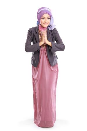 belle femme portant robe musulmane rose isolé sur fond blanc
