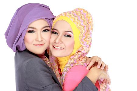 Portrait von zwei schöne muslimische Frau, die Spaß zusammen auf weißem Hintergrund isoliert