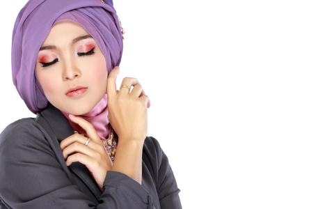 Mode portrait de la belle jeune femme musulmane avec le costume violet portant le hijab