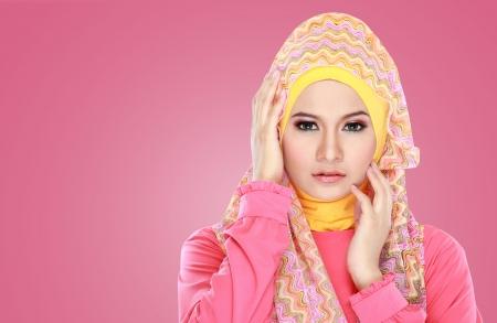 femme musulmane: Mode portrait de la belle jeune femme musulmane asiatique avec le costume rose portant le hijab