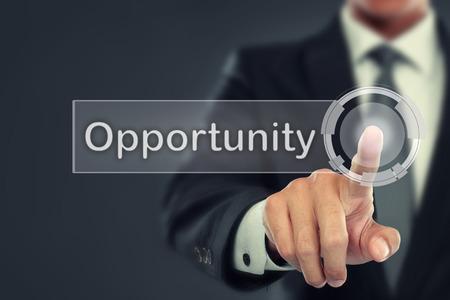Portret van zakenman duwen om Opportunity toets op het virtuele scherm