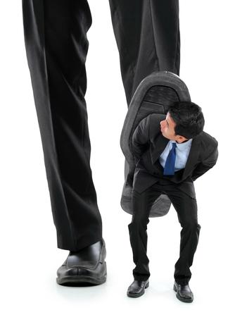 little business man: Hombre de negocios peque�o ser aplastado por los pies de un hombre de negocios gigante