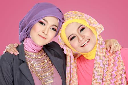 Portret van close-up van twee mooie tevreden moslimvrouw