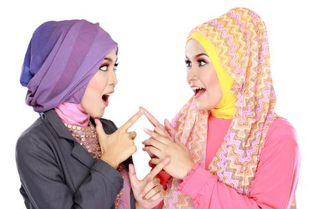 Portrait de deux belles musulman femme s'amuser ensemble isolé sur fond blanc Banque d'images - 25935121