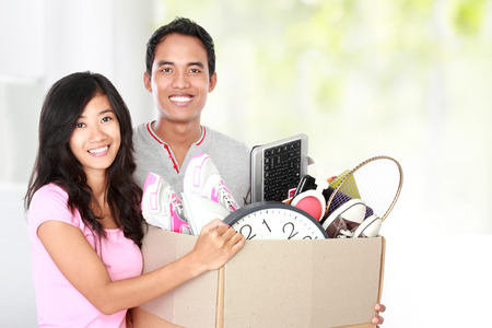 골판지 내부에 자신의 물건을 가진 남자와 여자의 하루 개념을 이동 이동 준비 상자