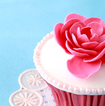 fondant fancy: Sweet Cupcake with flower decoration in pink Stock Photo