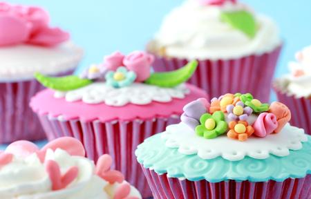 pasta di zucchero: Cupcakes dolci decorati con pasta di zucchero e panna