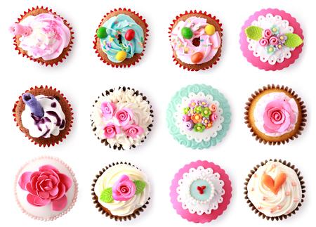 cupcakes med vacker dekoration isolerad på vit bakgrund. skjuta från toppen