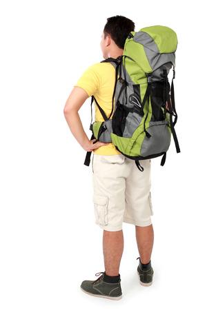 Volledige lengte portret van mannelijke wandelaar met rugzak. schieten van achter op een witte achtergrond
