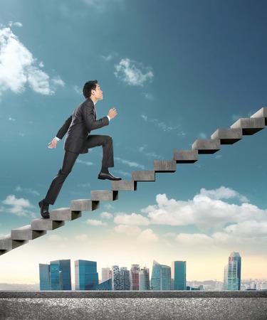 Afbeelding van overtuigd zakenman wandelen naar boven conceptuele beelden van het bedrijfsleven