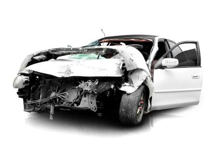Coche blanco en un accidente aislado en un fondo blanco Foto de archivo - 26766766