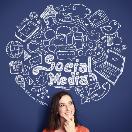 Glückliche junge Frau, die oben von Hand gezeichnete Illustration von Social Media Zeichen und Symbol Kritzeleien Standard-Bild - 27775234
