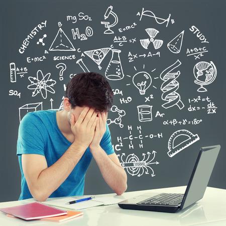 Moe van studeren. jonge man die zijn hoofd tijdens de vergadering. gebaar van depressie