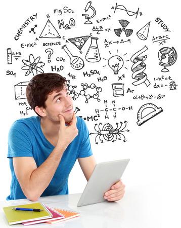 alumno estudiando: masculina estudiante universitario estudiando y pensando