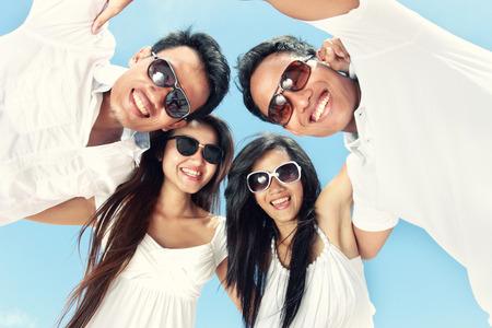 juventud: grupo de jóvenes felices tienen días de diversión y alegría de verano juntos