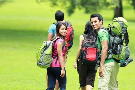 groep mensen wandelen samen. lopen op het gras Stockfoto