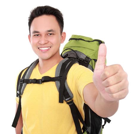 bonne aventure: Randonneur homme touristique avec le pouce vers le haut. Randonnée pédestre. Isolé sur fond blanc