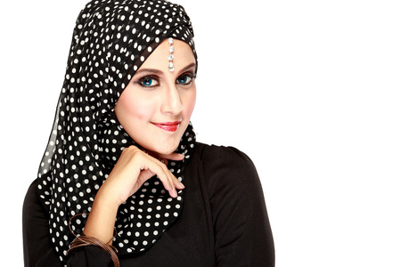 femme musulmane: Fashion portrait de la belle jeune femme musulmane avec un foulard noir isolé sur fond blanc
