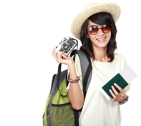 Atraktivní mladá žena šťastná připraven jet na dovolenou, izolovaných na bílém pozadí photo