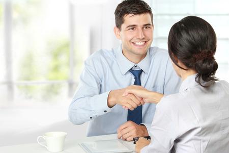 Handdruk om een deal na een job recruitment vergadering Stockfoto