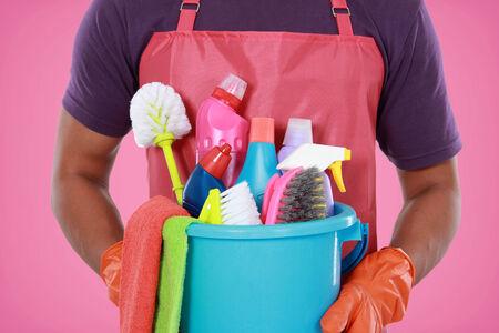 servicio domestico: Retrato de la mano con el equipo de limpieza listo para limpiar la casa