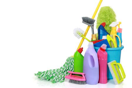Plastic emmer met schoonmaakbenodigdheden geïsoleerd op witte achtergrond
