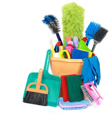 productos de limpieza: Artículos en el cubo aislado en fondo blanco de limpieza