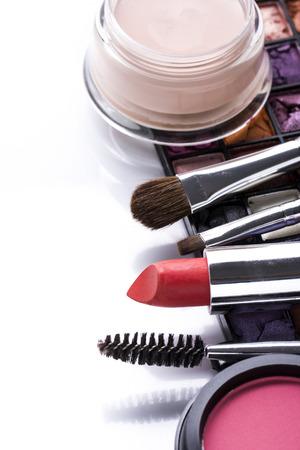 様々 な化粧品やブラシ ホワイト バック グラウンドを分離 写真素材