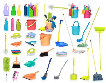 productos limpieza: conjunto de suministros de limpieza aislados sobre fondo blanco