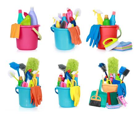 productos quimicos: conjunto de suministros de limpieza aislados sobre fondo blanco