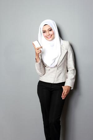 携帯電話を使用して魅力的な若いアジア女性の肖像画 写真素材