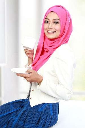portrait de jeune femme ayant une tasse de thé