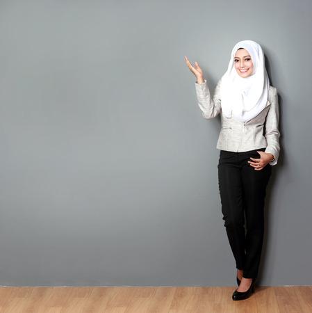 Aziatische vrouw met sjaal presenteren lege copyspace
