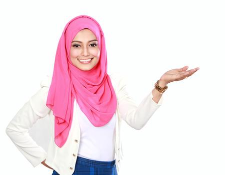 Femme asiatique avec un foulard présentant copyspace isolé sur fond blanc Banque d'images - 30855353