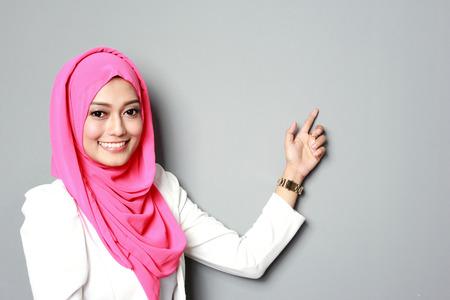 asijské žena s šátkem prezentující copyspace