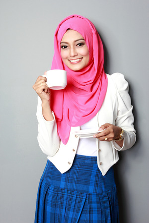 taza de te: retrato de mujer joven y atractiva que tiene una taza de t�