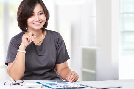 비즈니스 여자가 앉아 사무실에서 작업 스톡 콘텐츠
