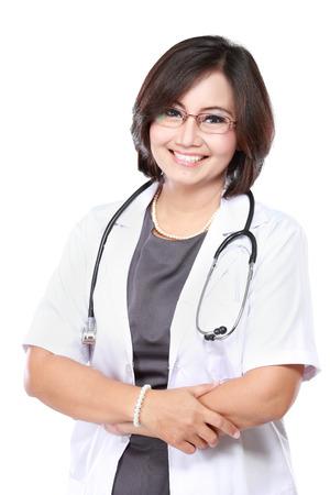 estetoscopio: Sonriente médico con estetoscopio. Aislado sobre fondo blanco Foto de archivo