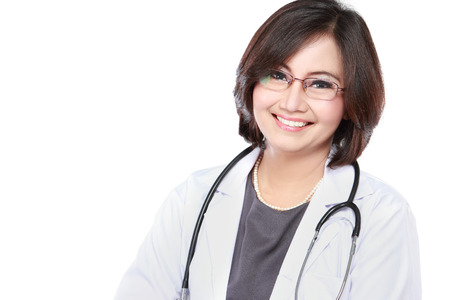聴診器分離した白い背景の上で中間の高齢女性医師の肖像画