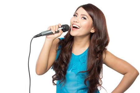 mooie stijlvolle vrouw zingen karaoke geïsoleerd over witte achtergrond Stockfoto