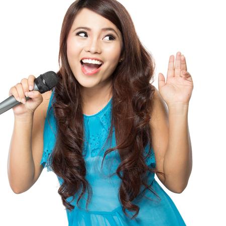 cantando: Karaokes de estilo hermosa mujer cantando aislado m�s de fondo blanco Foto de archivo