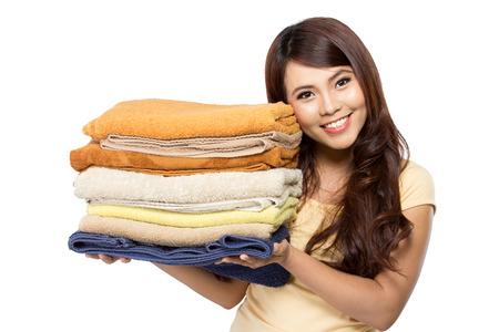 vrouw doet een huishouden met wasgoed die over witte achtergrond