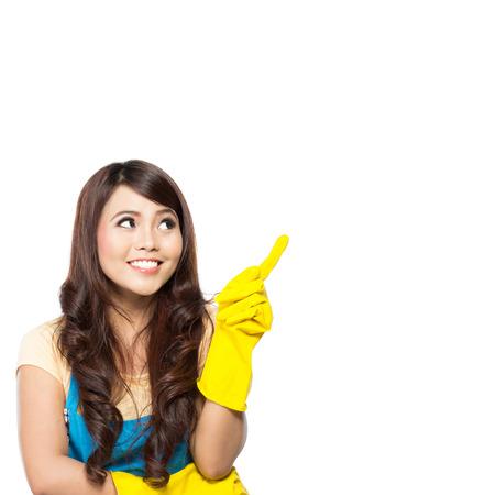 mujer limpiando: Retrato de la muchacha con los guantes que muestra hacia arriba el fondo blanco aislado