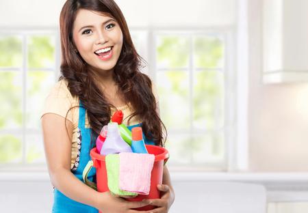 gospodarstwo domowe: portret pięknej kobiety azjatyckie z wielu urządzeń czyszczących