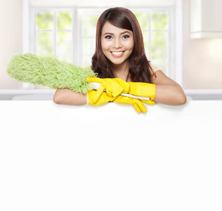 gospodarstwo domowe: Sprzątanie usługi kobieta przedstawienie puste płyty i przytrzymaj prochowiec Zdjęcie Seryjne