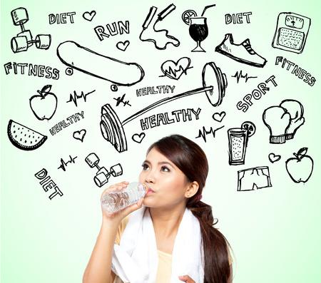 dieta saludable: hermosa mujer de pensamiento asiático de la dieta por hacer deporte Foto de archivo