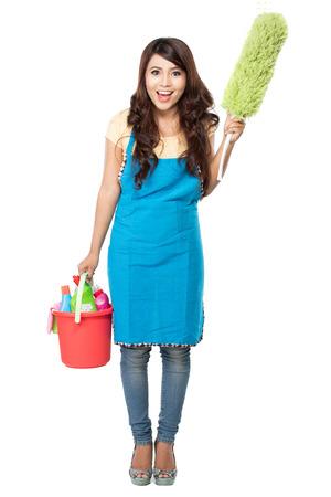 retrato de una mujer bella asiática con muchos equipos de limpieza